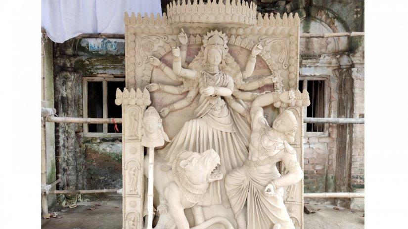 রং-তুলির আঁচড়ের অপেক্ষায় সার্বজনীন পূজা কমিটির দুর্গা মন্দিরের দুর্গাদেবী